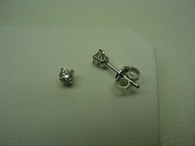Coppia di orecchini fatti a mano in oro e diamanti.