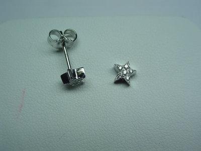 Coppia di orecchini stella realizzati a mano in oro e diamanti.