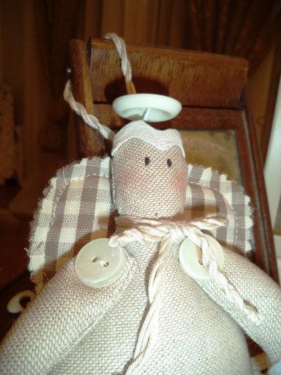 Angioletto di stoffa  porta fortuna,  da appendere  ai pomelli nella cameretta dei bambini