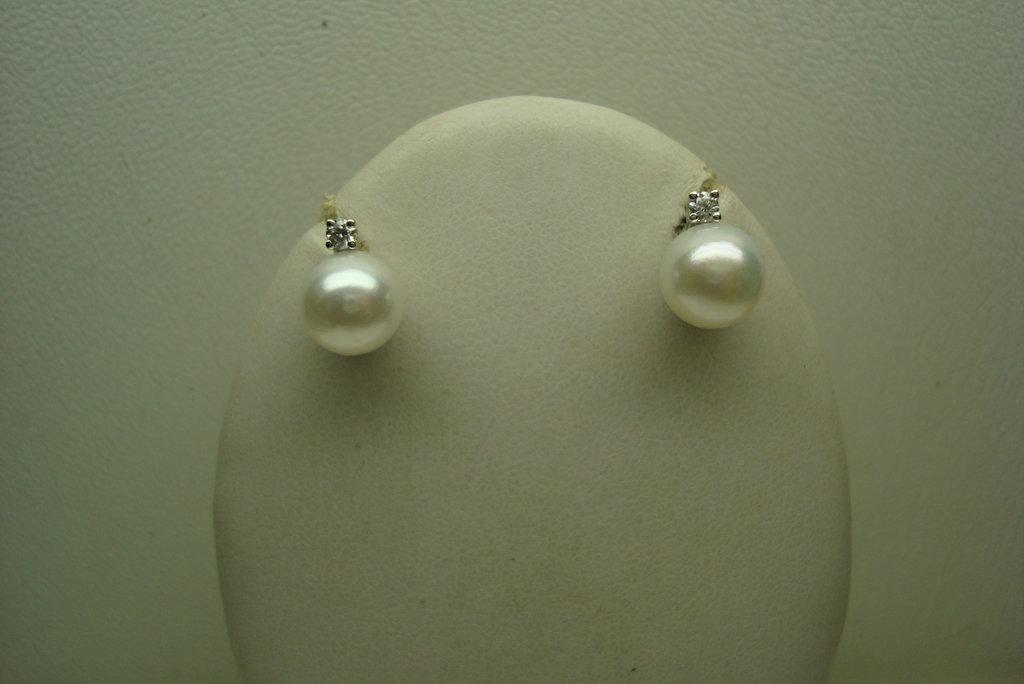 Orecchini realizzati a mano in oro,diamanti e perle naturali.