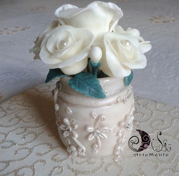 Vaso rose bianche con perle in porcellana fredda