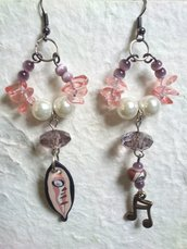 ORECCHINI pendenti con quarzo ametista e rosa,perle e note in bronzo