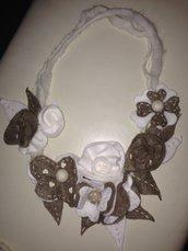 collana in pannolenci con fiori panna e beige fatta a mano