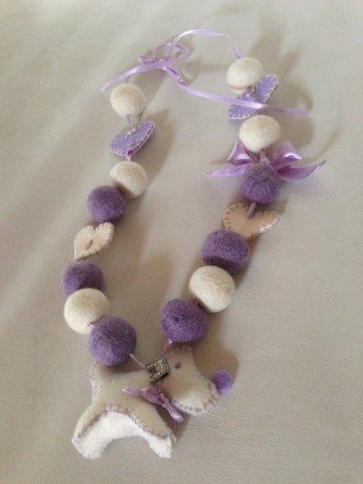 collana perle in lana lilla e panna con ciondolo cagnolino