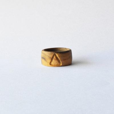 Anello in legno di ulivo fatto a mano