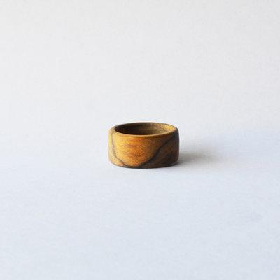Anello semplice di legno, fatto a mano