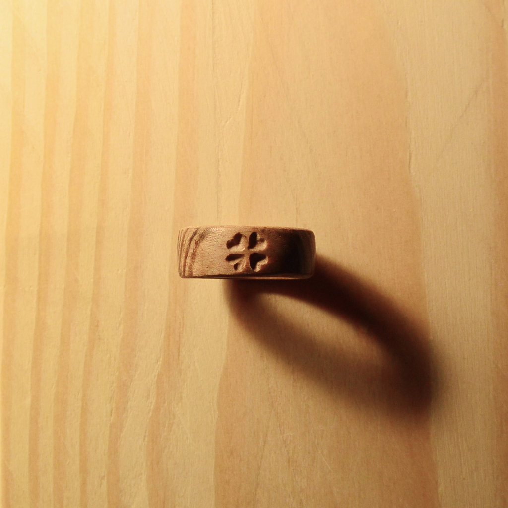 Anello inciso di legno, fatto a mano