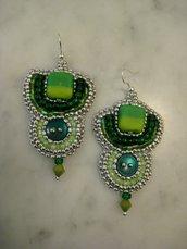 Orecchini bead embroidery verde e argento