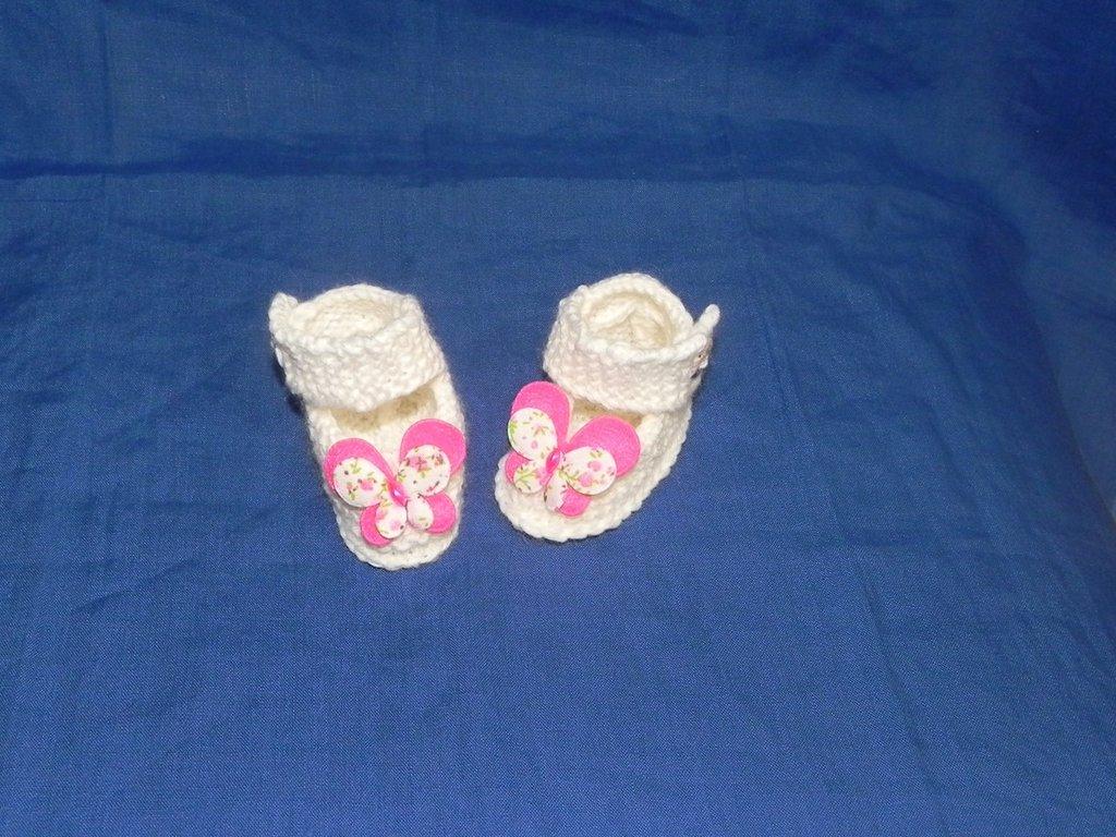 Dolcissime scarpette  fatte a mano a legaccio con lana Gatto panna  con farfalla applicata