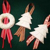 Appendi al  tuo albero di Natale un gessetto decorato con tanti nastrini colorati!!