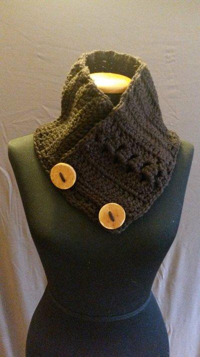 Scaldacollo in lana marrone con bottoni in legno