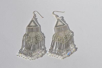 Orecchini pendenti color argento con bianco