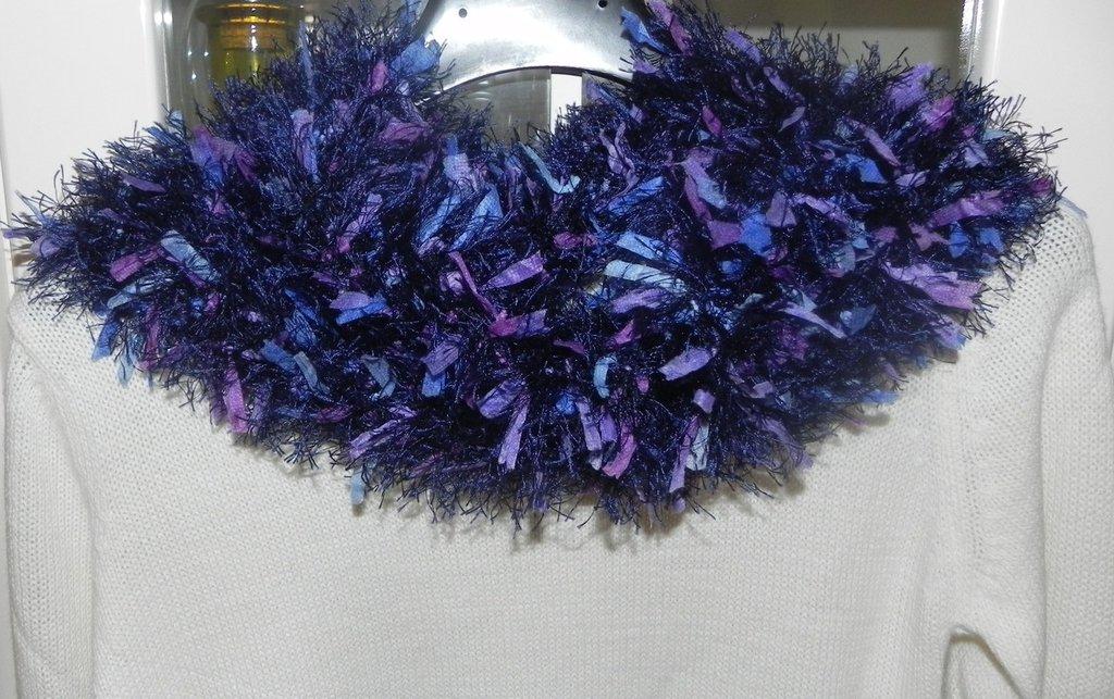Sciarpa collo scaldacollo handmade toni del blu con piuma e foglioline colorate in stoffa