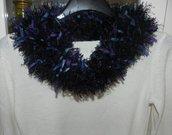 Sciarpa collo scaldacollo handmade fondo nero con piuma e foglioline colorate in stoffa