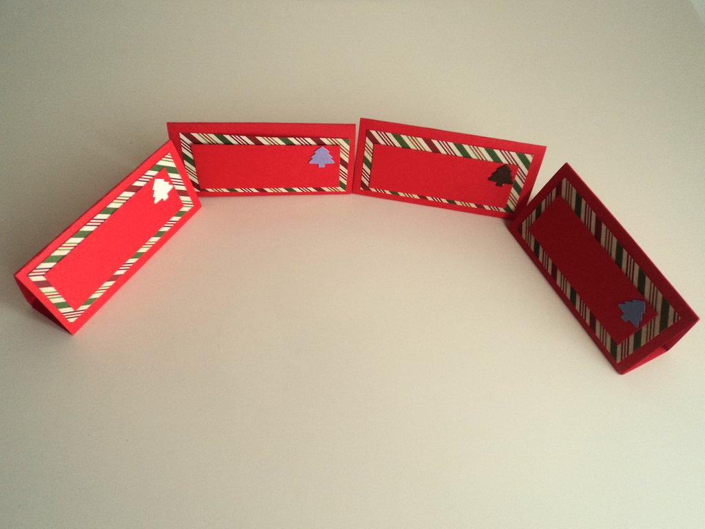 Set di 4 segnaposti natalizi in rosso con alberelli di Natale