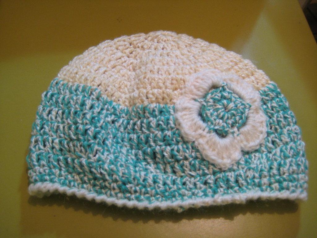 Cappello lana verde e panna per bambina