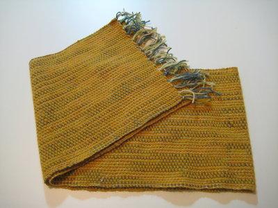 Sciarpa in lana fatta al telaio color senape