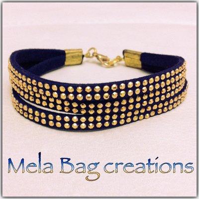 Braccialetto in alcantara blu con borchie color oro