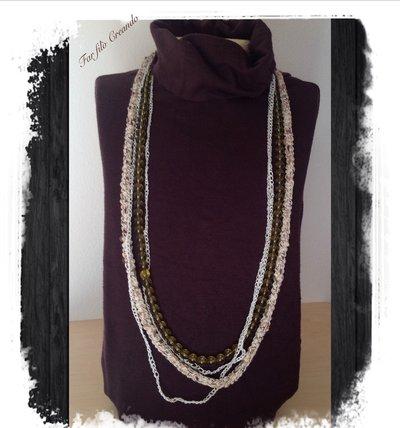 Collana nei toni naturali in perle di vetro verdi,lino e cotone lurex