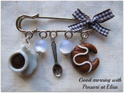 Spilla con miniature di dolci in fimo - tazzina caffè, cucchiaio e cornetto