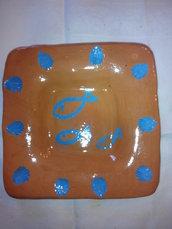 Portacenere in ceramica rossa con pesciolini blu fatto a mano.