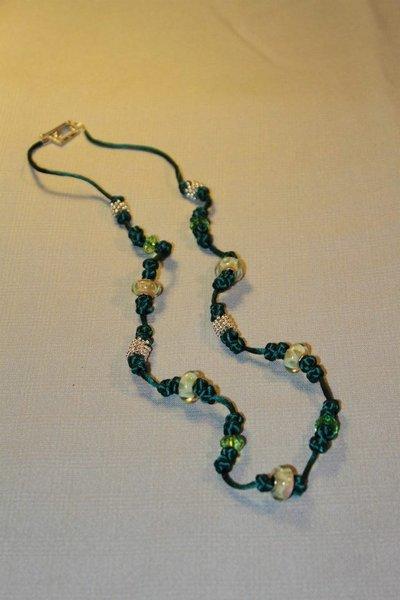 Collana realizzata a mano con nodi cinesi portafortuna e perle lampwork in vetro gialle