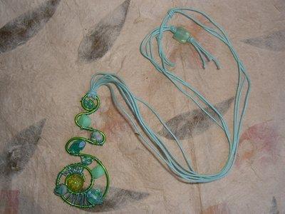 Collana con filo di alluminio e perline verdi