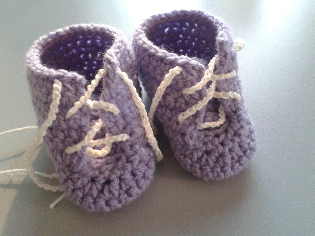 Scarpine di lana lilla da bimba