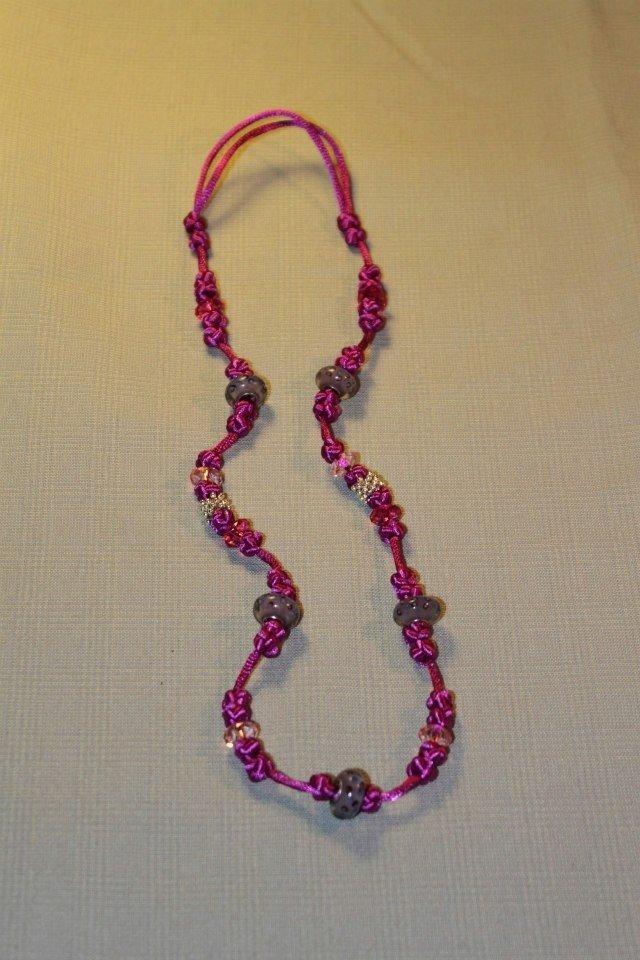 Collana realizzata a mano con nodi cinesi portafortuna e perle lampwork in vetro lilla