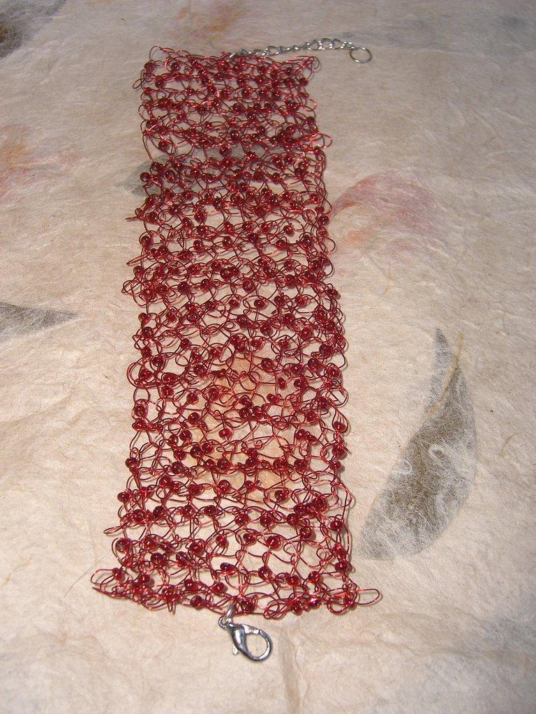Bracciale in filo di metallo rosso e perline rosse a uncinetto
