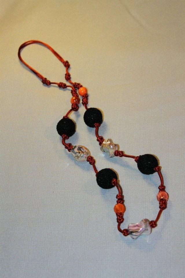 Collana realizzata a mano con nodi cinesi portafortuna e palline ad uncinetto nere