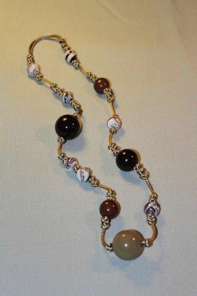 Collana realizzata a mano con nodi cinesi portafortuna e perle in resina