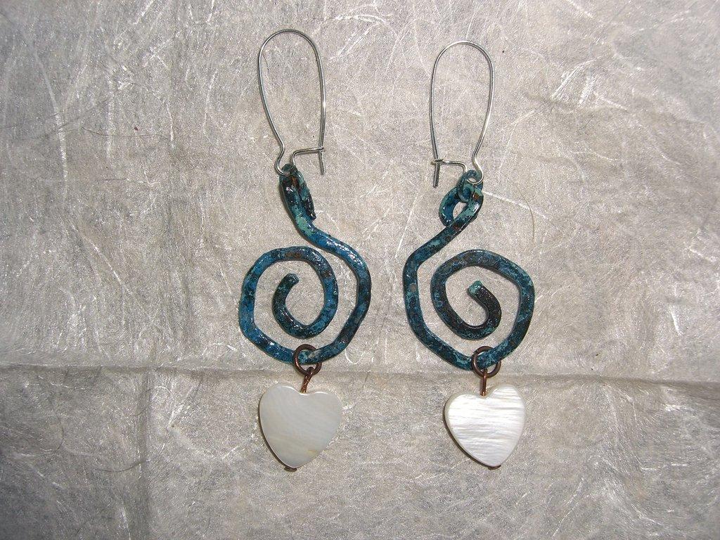 Orecchini di rame a spirale con ciondoli di resina bianca e patina azzurra