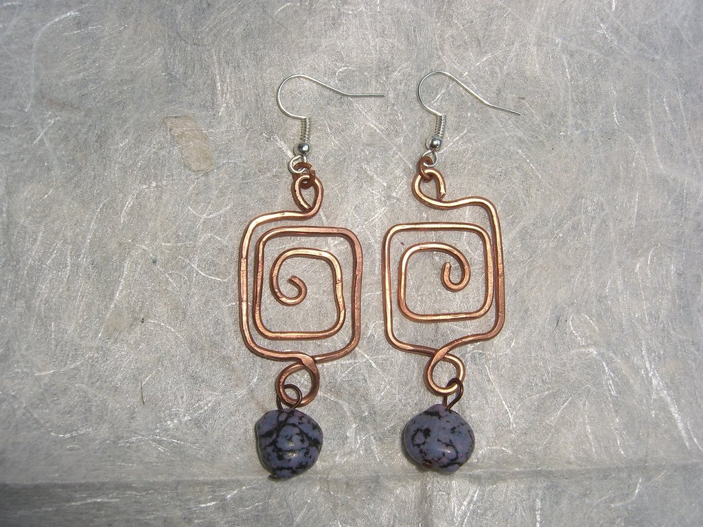 Orecchini di rame a spirale quadrata con charms di pietre dure viola
