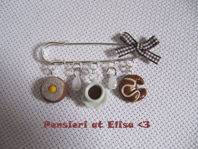 Spilla con mi iature di dolci in fimo - bombolone, tazzina caffè e cornetto