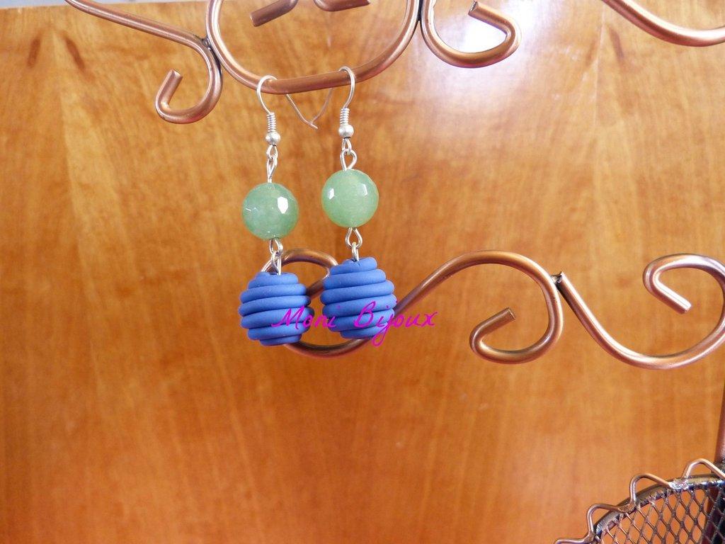 orecchini con pietra verde e perla in fimo blu
