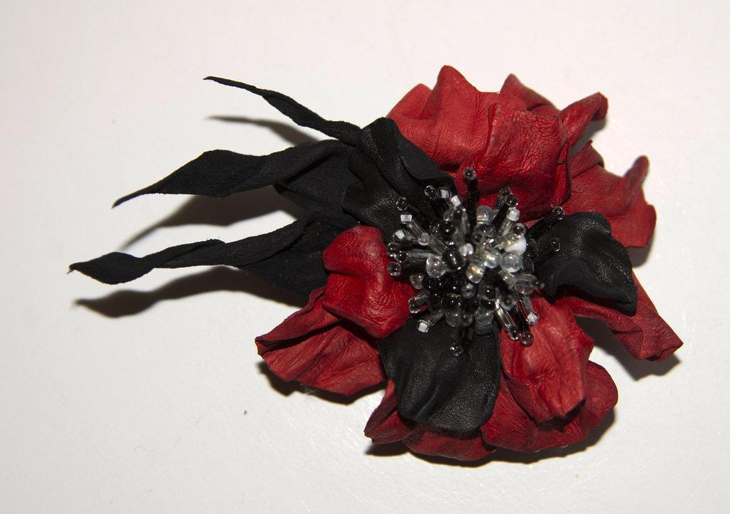 Spilla di pelle fatta a mano colore rosso e nero