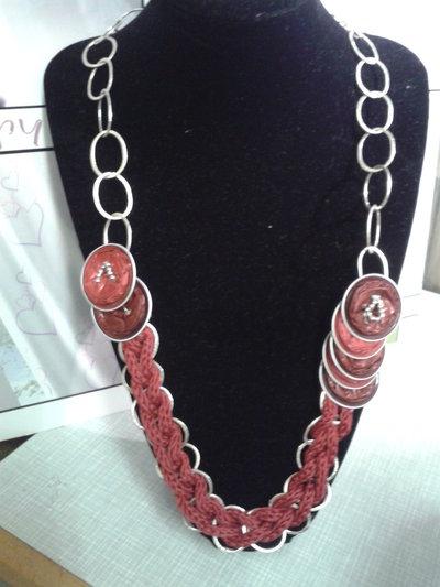 Collana  rossa con cialde e catena