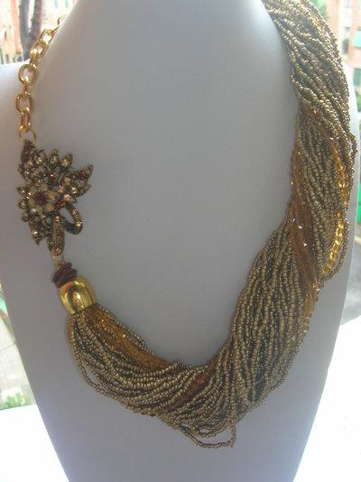 torchon di perle e cristalli sull'oro con spilla laterale