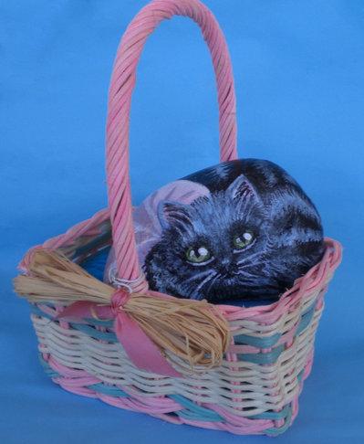 Sasso artistico dipinto a mano - Gattina con fiocco nel cesto -