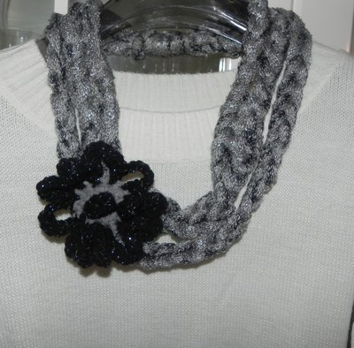 Collana con fiore realizzata ad uncinetto con filato in misto lana