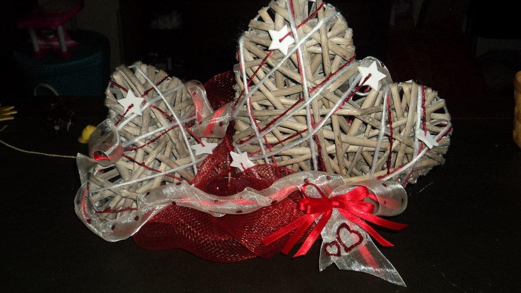 centrotavola rosso glitterato panna cuori vimini e stelline legno candelina Natale
