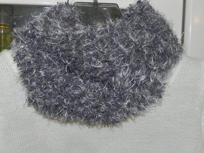 Sciarpa scaldacollo ad anello doppio giro intorno al collo  realizzata ai ferri