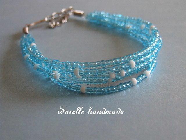 Braccialetto di perline azzurre