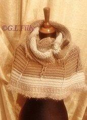 Modello - mantella in lana fatto a mano - Castagna