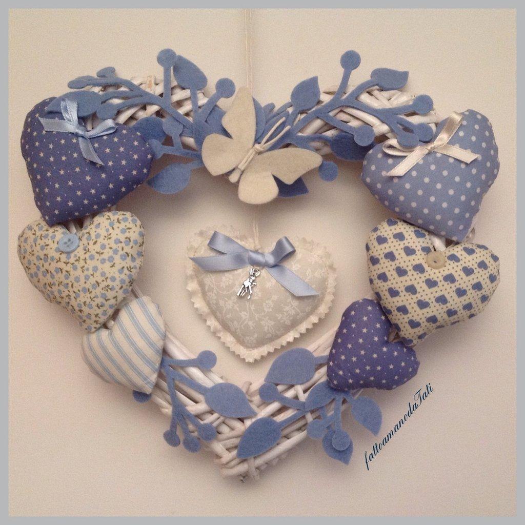 Corona/fiocco nascita 8 cuori azzurri con farfalla