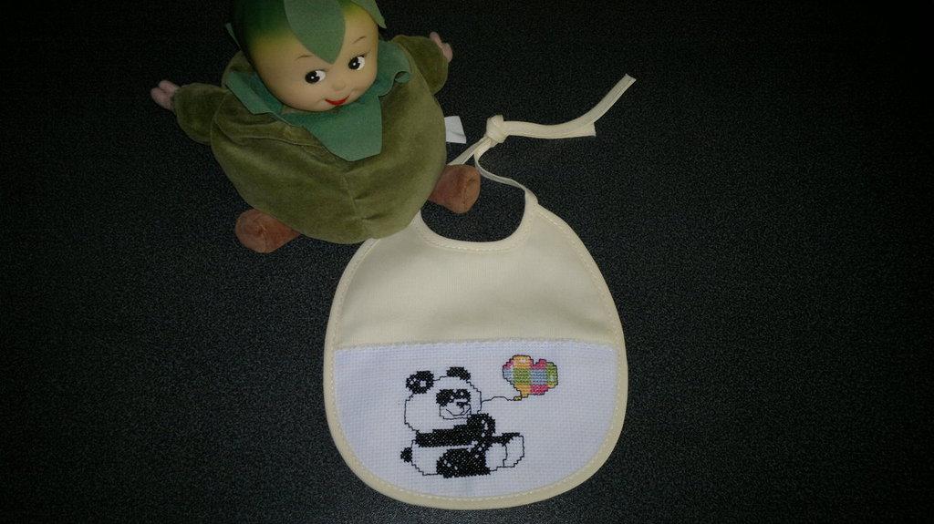Bavaglino con panda ricamato a punto croce