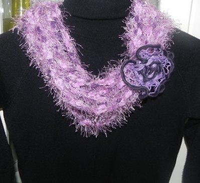 Collana in misto lana  con fiore realizzata ad uncinetto toni del rosa-viola