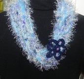 Collana in misto lana con piuma nei toni dell'azzurro  realizzata ad uncinetto
