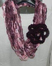 Sciarpa collana fatta a mano con fiore nei  bellissimi toni del rosa